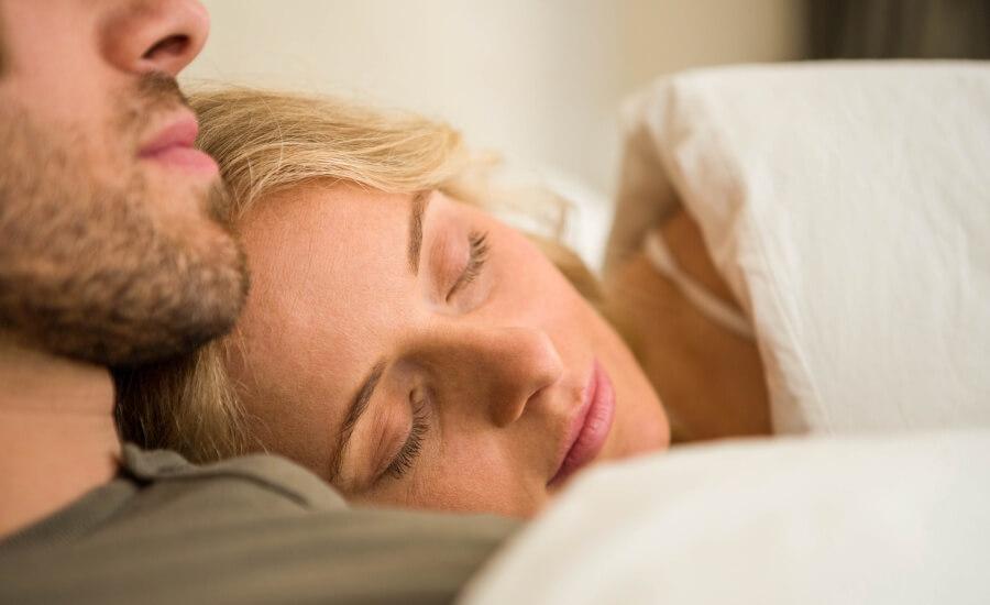 piękna kobieta zasypia w objęciach ukochanego