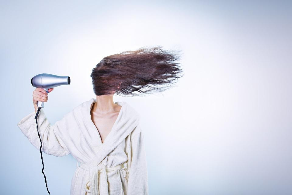 kobieta susząca włosy
