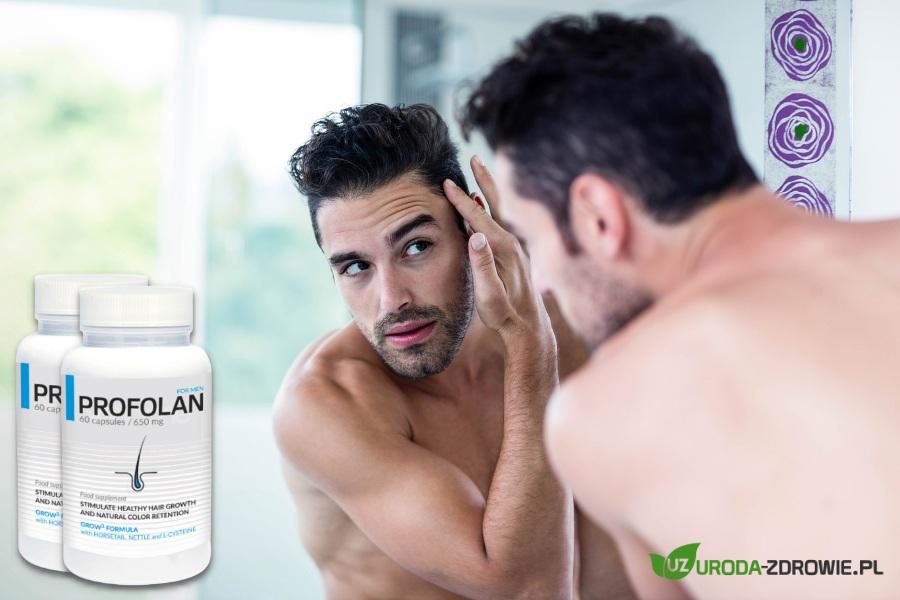 mężczyzna przed lustrem w łazience przygląda się swoim włosom