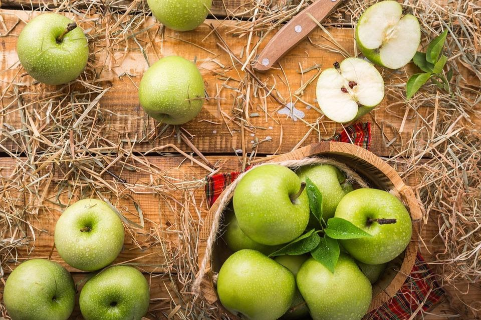 zielone jabłka na stole