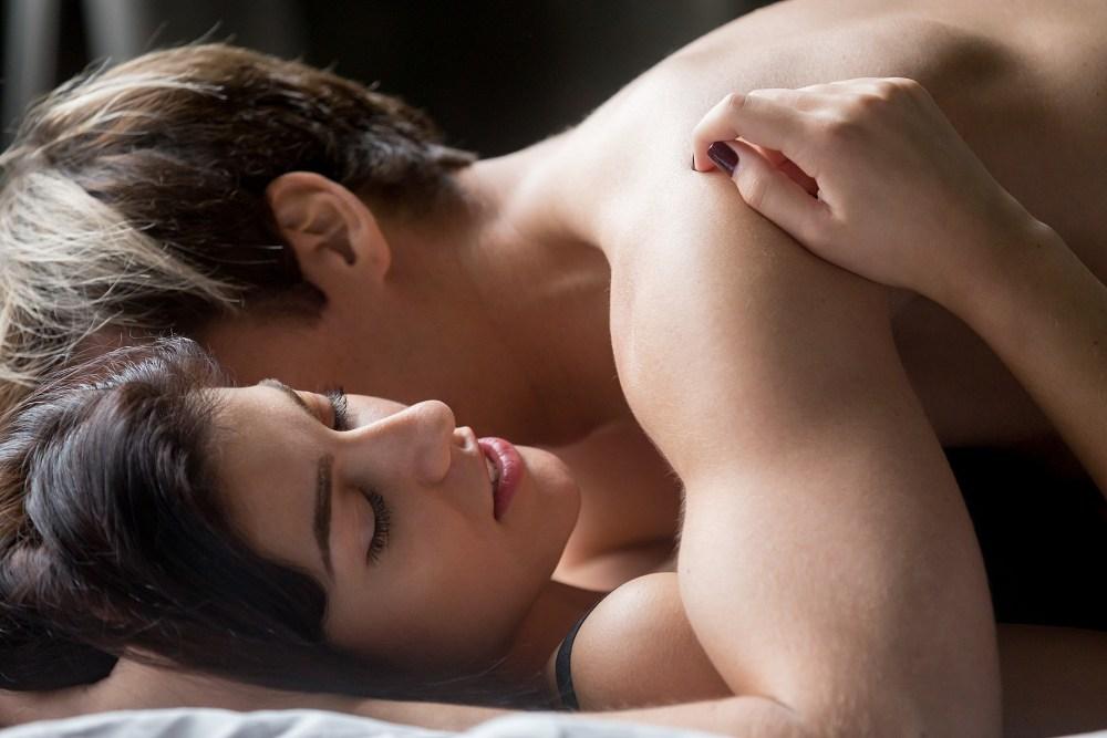 zbliżenie na kobiecą twarz podczas seksu