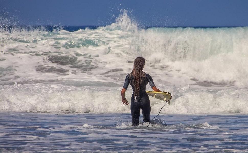 dziewczyna z deską surfingową