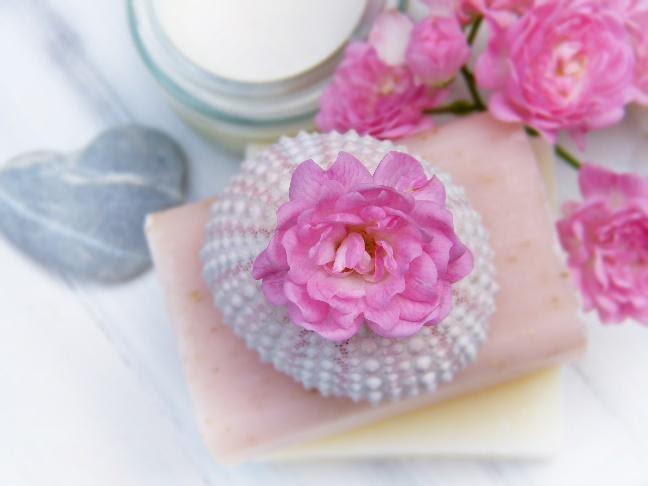 różowe kwiaty leżące na mydle