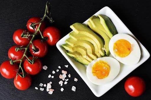 pomidory, jajka, awokado